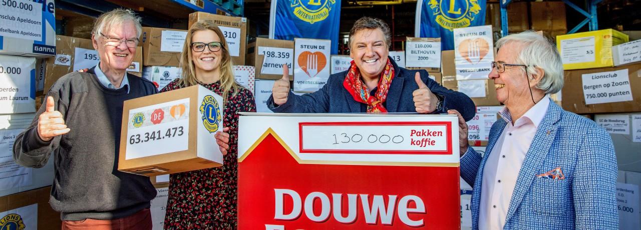 René Froger neemt 130.000 pakken DE koffie in ontvangst voor Voedselbank